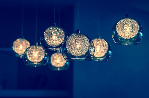 Ze względu na dużą wytrzymałość i plastyczność szkło daje duże możliwości aranżacyjne. Jednym ze sposobów jego zastosowania są lampy.