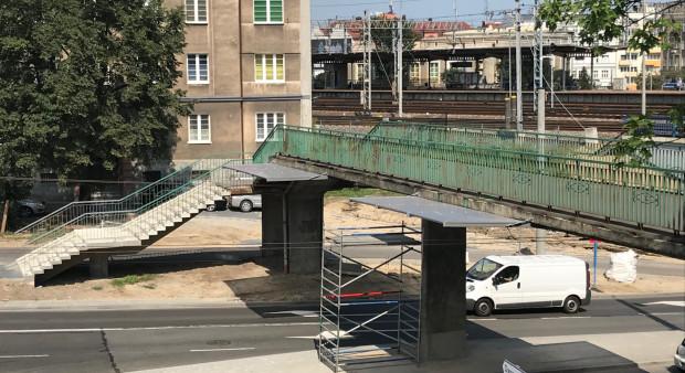 Schody trzeba pokonać także po drugiej stronie, przechodząc przez kładkę nad ul. Podjazd. Zapowiedzi jej modernizacji mają dać szansę na budowę windy.