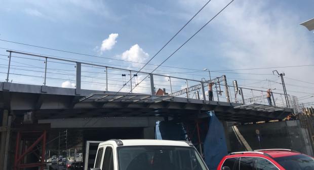 Na zdjęciu nowa kładka rowerowa nad ul. Podjazd. Została w ostatnich dniach zamontowana. Rowerzyści będą nią mogli pojechać jednak dopiero jesienią.
