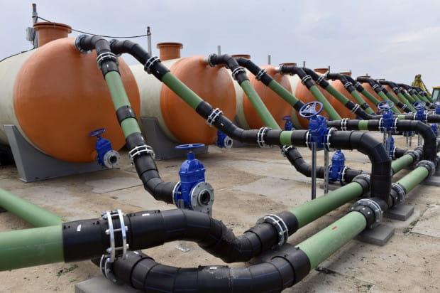 Na terenie obozowiska ustawiono kilkadziesiąt zbiorników, w których w ciągu dnia będą gromadzone ścieki. W nocy będą one spuszczane do miejskiej kanalizacji, by jej nie obciążać w ciągu dnia.