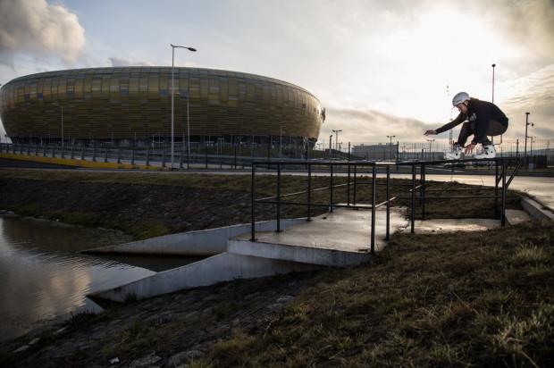 Przemek Kępiński zaprasza na warsztaty przy Stadionie Energa Gdańsk. Darmowe zajęcia są dla wszystkich chętnych i są przyjazne dla początkujących, którzy wcale nie myślą o takich zaawansowanych ewolucjach jak ta na zdjęciu.