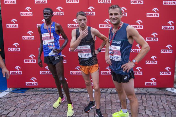 Od lewej: Silas Mweitich, Marcin Chabowski i Adam Nowicki - najlepsi w Orlen Cup, w kategorii elity 25. Biegu św. Dominika.