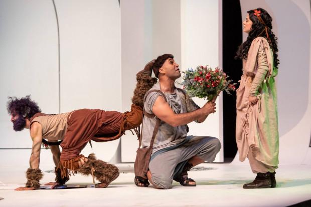 """W dużo lżejszym, komediowym wydaniu podziwiać można było """"Sen nocy letniej"""" z Mostaghel Theater z Iranu."""