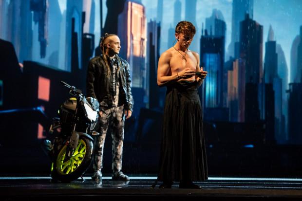 """""""Romeo i Julia"""" Teatru Studio Buffo z Warszawy, oprócz projekcji 3D zamiast scenografii, proponuje widzom przeniesienie akcji w bliżej nieokreśloną przyszłość."""