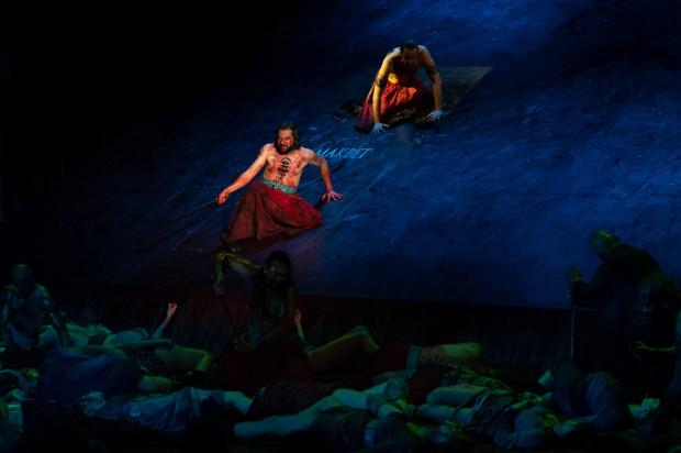 """Przestrzeń """"Makbeta"""" Teatru Muzycznego Capitol z Wrocławia opiera się na wielkiej ruchomej platformie, po której poruszają się aktorzy, niekiedy zsuwając się po niej w dół."""