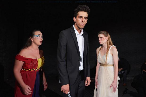 """Najlepszy spektakl nurtu SzekspirOFF - """"Nienawiść"""" Teatru Bakałarz z Krakowa, otrzymał jedną z trzech nagród przyznanych przez jurorów konkursu."""