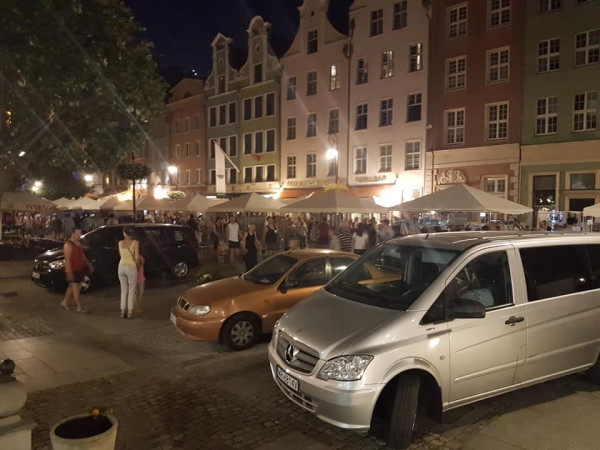 Zaparkowane auta na Drodze Królewskiej.