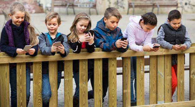 W szkołach podczas przerw dzieciaki zamiast razem rozmawiać, biegać lub się bawić, spędzają czas ze smartfonami w dłoniach.