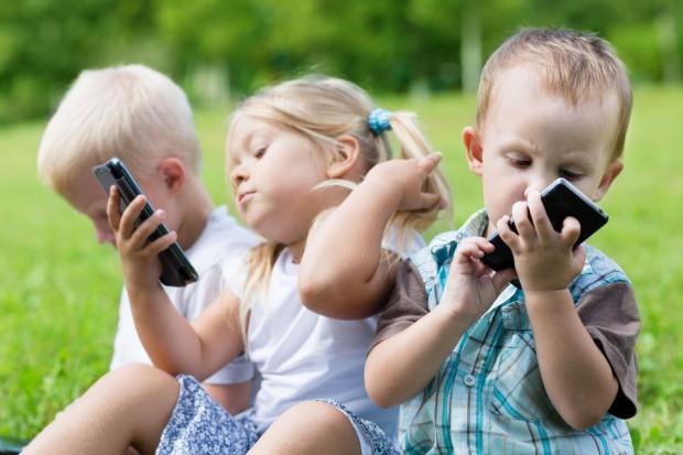 """Coraz częściej zobaczyć można ten sam obrazek: dzieciaki """"przyklejone"""" do tabletów, smartfonów i telefonów."""