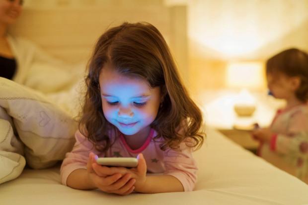 18 proc. rodziców traktuje tablet lub inny sprzęt tego typu jako usypiacz i kołysankę w jednym.