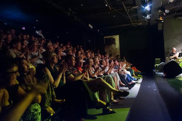 Klimatyzacja podczas wydarzeń Lata Teatralnego Teatru Atelier działa non stop, chociaż komfort odbioru spektakli w dużej mierze zależy od temperatury panującej na zewnątrz.