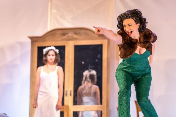 Plany matrymonialne Orgonowej (Monika Chomicka-Szymaniak) względem córki Zosi (Agata Woźnicka) napotykają w spektaklu Teatru Wybrzeże na szereg komplikacji w typowo fredrowskim stylu.