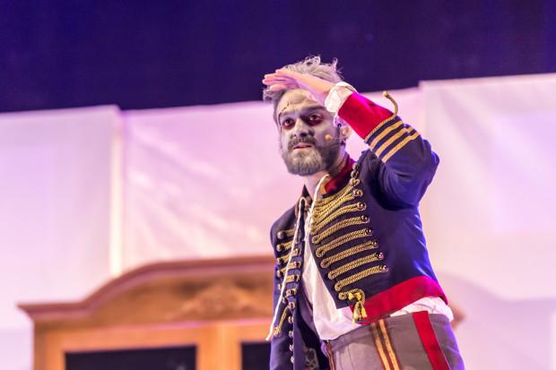 Kontrapunktem dla wszystkich bohaterów jest Stary Huzar (Michał Jaros) - mara huzara napoleońskiego i alter ego Majora.