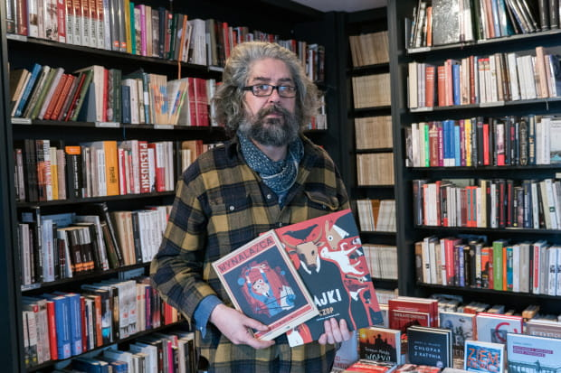 """Martin Jean-François ze swoimi książkami wydanymi w Polsce: """"Wynalazca"""" oraz """"Bajki Ezopa""""."""