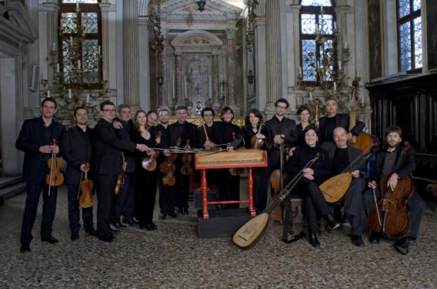 Wenecka Orkiestra Barokowa, którą usłyszymy podczas koncertu finałowego w katedrze Oliwskiej, jest jedną z najlepszych na świecie orkiestr wykonujących muzykę dawną na oryginalnych instrumentach z epoki. Zespół cieszy się uznaniem krytyki, stale odbywa tournées po świecie, wykonując repertuar koncertowy i operowy w Ameryce Północnej, Europie, Ameryce Południowej, Japonii, Chinach, Korei i Tajwanie.