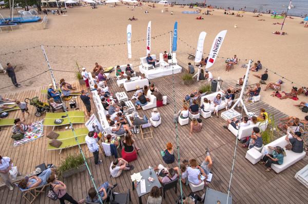 Co roku to rozmowy na plaży przed Klubem Atelier są najprzyjemniejszą z aren Literackiego Sopotu. Na zdjęciu podczas rozmowy z Klementyną Suchanow.