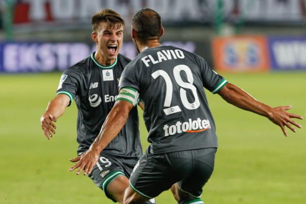 Radość Karola Fili (nr 19) i Flavio Paixao (28), choć ostatecznie gol temu pierwszemu nie został zaliczony, a uznany został za trafienie samobójcze.