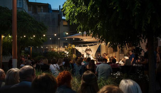 Wśród licznych wydarzeń towarzyszących jednym z najciekawszych był Francuski Nieformalny Festiwal Piosenki Aktorskiej na placu przed Teatrem BOTO.