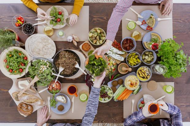Podstawową zasadą wegetarianizmu jest wyłączenie z diety mięsa. Zalecanymi produktami są warzywa, owoce, zboża i nabiał.