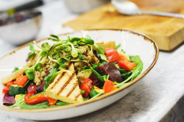 Niektórzy uważają, że to tylko sposób odżywiania, zainteresowani tłumaczą, że to styl ich życia.