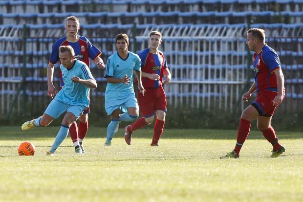 Kolegium Sędziów Pomorskiego ZPN (błękitne stroje) pokonało w I rundzie okręgowego Pucharu Polski Morenę Gdańsk 5:3.