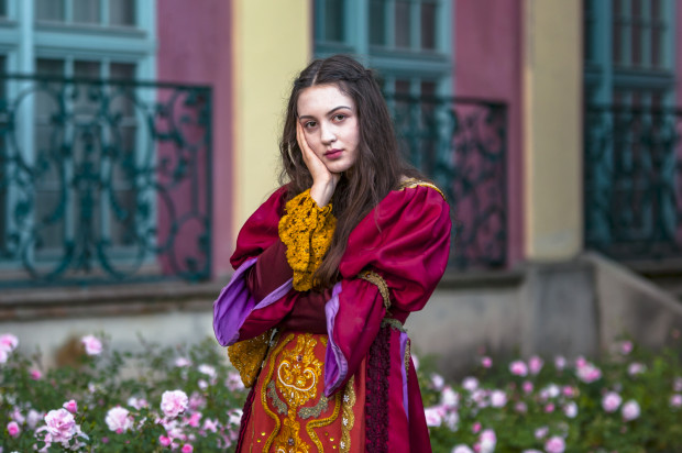 Podczas festiwalu Mozartiana po parku Oliwskim przechadzają się fantazyjnie przebrani aktorzy.