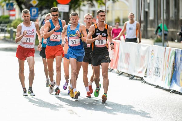 Najlepsi chodziarze na głównym dystansie 10 kilometrów. Zwyciężył Dawid Tomala (nr 79).