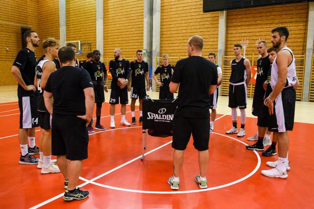Wzmocniona kilkoma juniorami drużyna Trefla spotyka się m.in. w hali treningowej Ergo Areny.