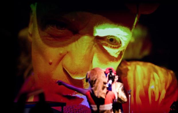 """""""California"""" Teatru Trans-Atlantyk przybliża """"american dream"""" i Kalifornię lat 60. i 70. oczami Paula Bargetto, reżysera spektaklu. Spektakl zobaczyć można na Scenie Kameralnej Teatru Wybrzeże 28 sierpnia."""