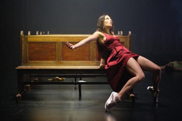 """Spektakl """"No more tears"""" Polskiego Teatru Tańca opowiada za pomocą tańca i ruchu o historii Barbary Piaseckiej Johnson, spadkobierczyni fortuny, która miała uratować Stocznię Gdańską. Spektakl zagrany zostanie 29 sierpnia na Scenie Kameralnej Teatru Wybrzeże."""