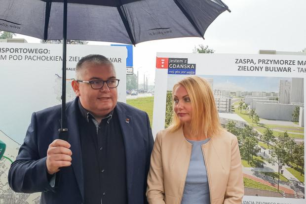 Piotr Kowalczuk oraz Edyta Damszel-Turek o Drodze Zielonej opowiadali na tle plansz, które kilka lat temu były umieszczone na ogrodzeniu Parku Oliwskiego i miały zachęcić do poparcia projektu.