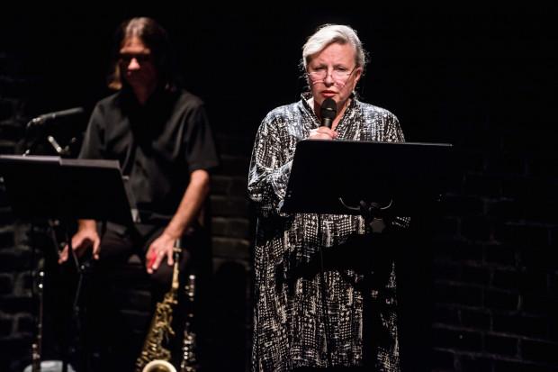 Reżyserką, autorką adaptacji tekstu Mirona Białoszewskiego i głosem prowadzącym narrację w oratorium o zagładzie miasta jest Krystyna Janda.