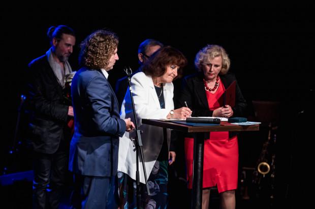 Spektakl poprzedziła część oficjalna, podczas której podpisano trójstronną umowę na dzierżawę sceny teatralnej przez Teatr Atelier na kolejne 15 lat. Na pierwszym planie, od lewej: Jacek Karnowski, Anna Łukasiak, Barbara Wiszniewska. W tle André Ochodlo.