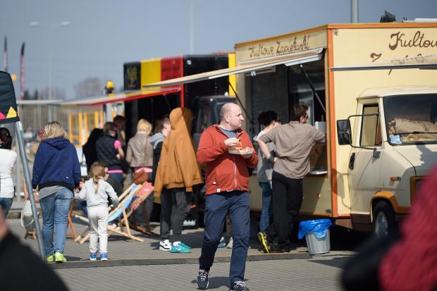 Food trucki na placu Zebrań Ludowych będą karmić od godz. 12 w sobotę i niedzielę.