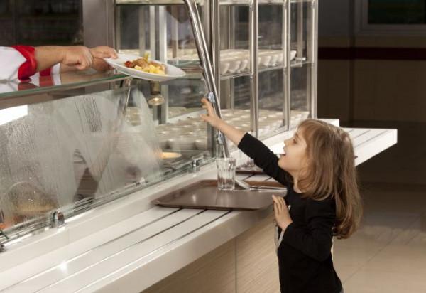 Jakość przygotowanych jadłospisów w stołówkach szkolnych bywa różna. Za ich tworzenie zwykle odpowiada intendent, a nie dietetyk.