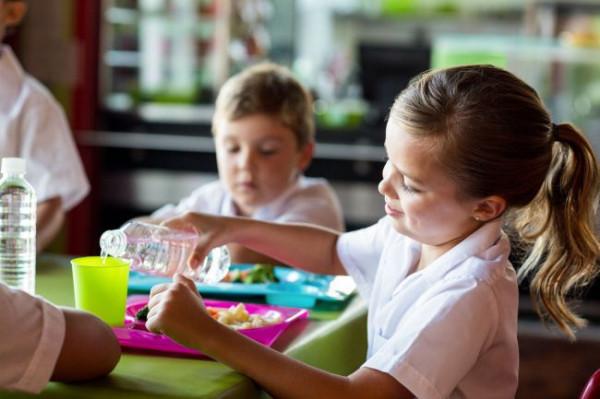 W roku szkolnym 2018/2019 MEN wprowadzi ustawę nakładającą na szkoły podstawowe obowiązek zapewnienia uczniom jadalni (lub stołówki) oraz jednego gorącego posiłku.