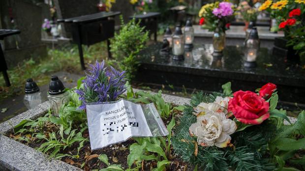 Kartki na grobach trójmiejskich cmentarzy niepokoją rodziny zmarłych.