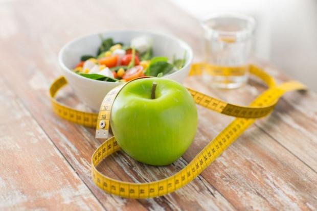 Niezdrowe przekąski warto zastąpić warzywami czy owocami. Szczególnie z tymi drugimi należy uważać - najbezpieczniej jest je spożywać do godz. 16.
