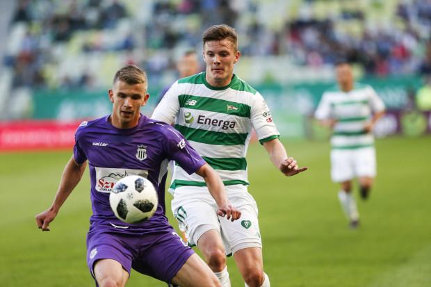 Adam Chrzanowski (z prawej) ma dużą konkurencję na środku obrony Lechii Gdańsk. 19-latek podjął jednak wyzwanie i nie zamierza szukać klubu, w którym będzie miał silniejszą pozycję. Chce ją wywalczyć w obecnym klubie.