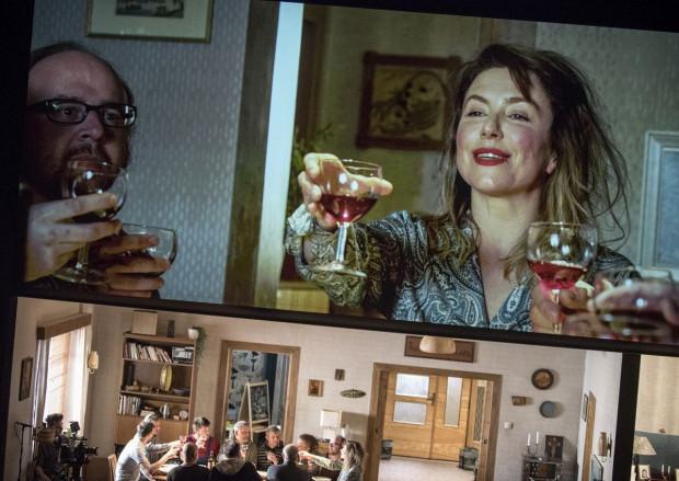 """Jedną z najciekawszych propozycji 10. Wybrzeża Sztuki jest """"Pod presją"""" w reż. Mai Kleczewskiej, które ukazuje kobietę poddaną presji społecznej za pomocą perspektywy teatralnej i filmowej. Spektakl można zobaczyć 11 września na Dużej Scenie Teatru Wybrzeże."""