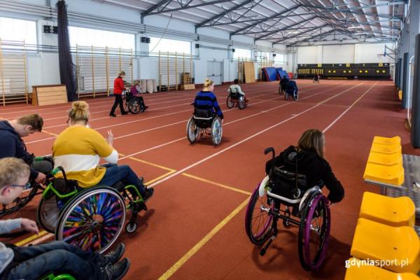 Zajęcia dla niepełnosprawnych ruchowo odbywają się m.in. na bieżni lekkoatletycznej.