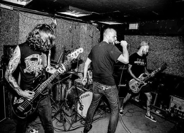Jad to trójmiejsko-warszawska kapela, w składzie której występują muzycy Calm the Fire, The Stubs i Government Flu.