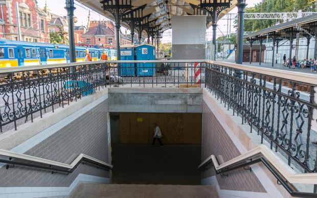 Ze względu na ochronę konserwatorską schody ruchome będą skierowane na kraniec peronu 2, gdzie zatrzymują się nieliczne wagony dłuższych składów pociągów.