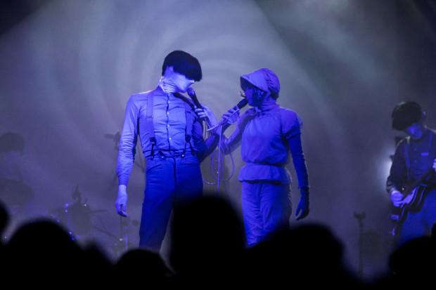 W kwestii oprawy wizualnej, bezkonkurencyjny okazał się Jonathan Bree, który wraz z zespołem wystąpił w białych maskach całkowicie zasłaniających oczy i perukach rodem z filmu grozy.