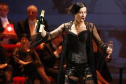 Odważne stroje, wielkie możliwości wokalne, niezłe aktorstwo... a pomimo to Traviata Joanny Woś pozostawia niedosyt....