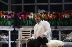 ...za to Paweł Skałuba świeci pełnym blaskiem. Takiej kreacji solista Opery Bałtyckiej potrzebował. Rolą Alfreda udowadnia, że niczym nie ustępuje czołowym polskim tenorom.