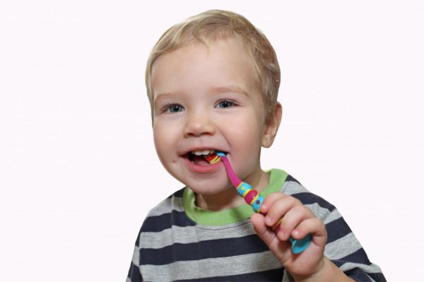 Pielęgnacja zębów dziecka nie musi być wielkim wyzwaniem i może stać się przyjemnością. Wszystko zależy od naszego podejścia.