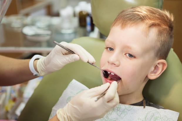 Przegląd stomatologiczny u dziecka w wieku szkolnym powinniśmy przeprowadzać dwa razy w roku.