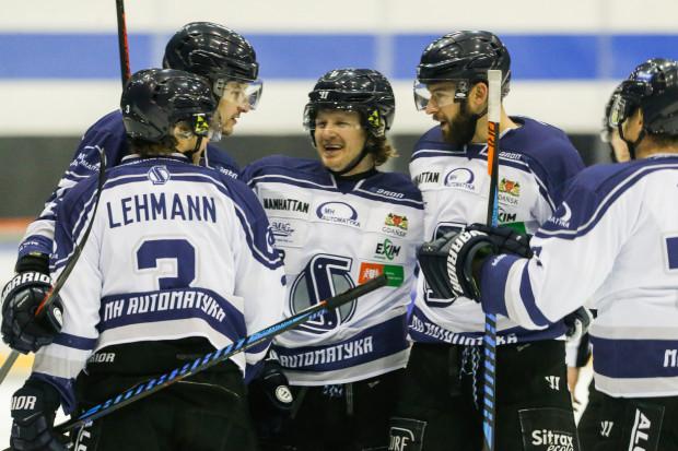 Petr Polodna (w środku) zdobył w sobotę trzy bramki.