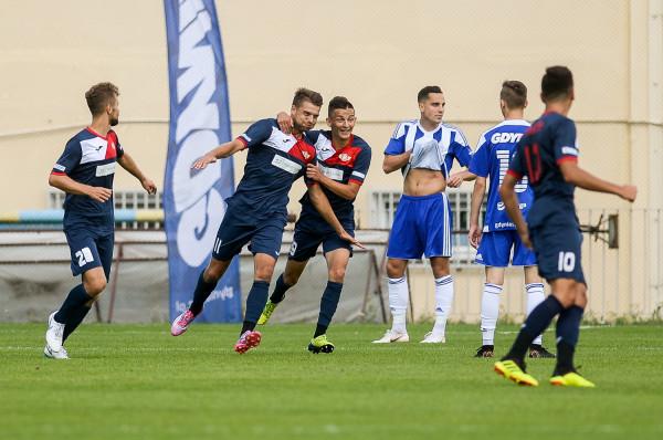 W sierpniu nie brakowało sportowych niespodzianek z udziałem trójmiejskich zespołów. Największą był zaledwie remis Bałtyku Gdynia na inaugurację III ligi. Na zdjęciu kadr z meczu z Polonią Środa Wielkopolska.